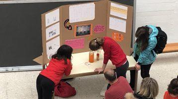 Alumnas presentando proyecto