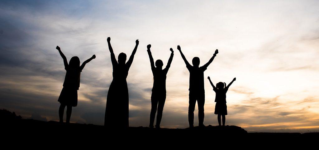 Familia celebrando la salida